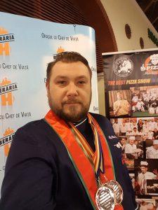 VICTORIOS LA CAMPIONATUL INTERNAȚIONAL DE PIZZA. DEVEANUL MIRCEA TODERAȘ S-A ÎNTORS ACASĂ CU PATRU MEDALII ȘI MAI MULTE DIPLOME